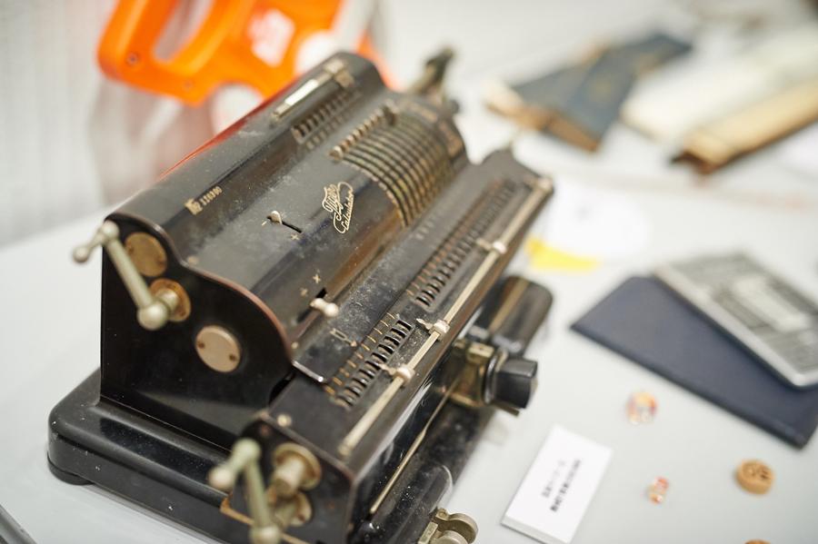 タイガー式機械計算機。歯車だけで四則演算(+-×÷)ができる。(「女子と算数」で使用)